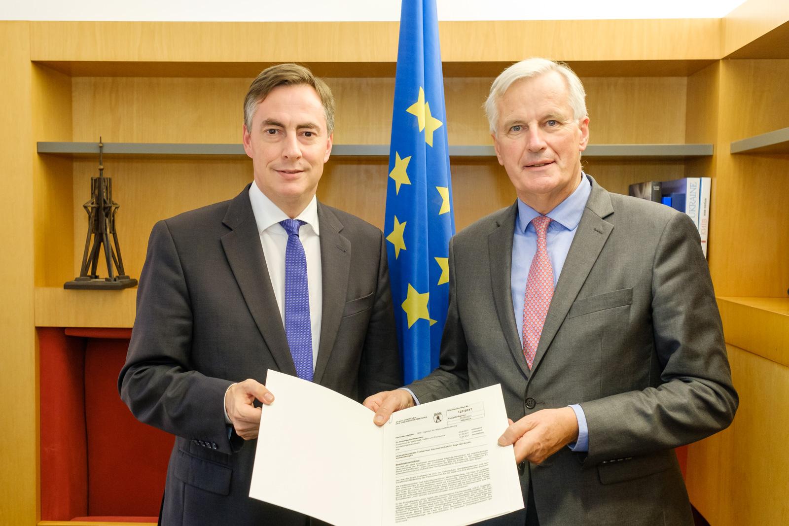 David McAllister überreicht Cuxhavener Resolution zur Fischereipolitik an EU Brexit-Verhandlungsführer Michel Barnier